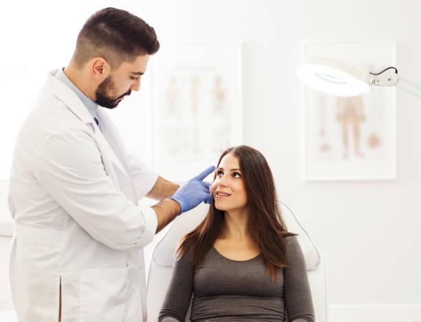 Junge Patientin an einen Dermatologen Büro – Foto