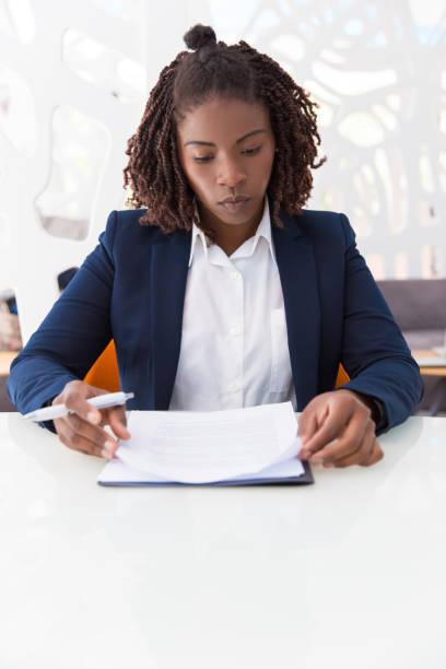 若い女性専門のチェックドキュメント - パラリーガル ストックフォトと画像