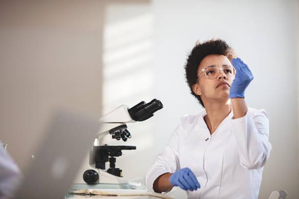 Young Female Forschung Wissenschaftler Lookint auf Objektträger – Foto