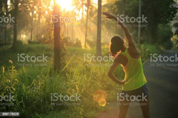 Junge Weibliche Läufer Aufwärmen Vor Laufen Am Morgen Waldweg Stockfoto und mehr Bilder von Aktiver Lebensstil