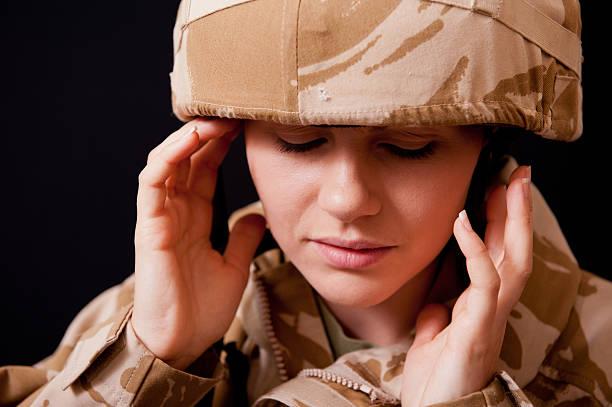ptsd - young female soldier - doofheid stockfoto's en -beelden