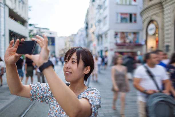 unga kvinnliga ensamresenär ta bilder i staden - istiklal avenue bildbanksfoton och bilder