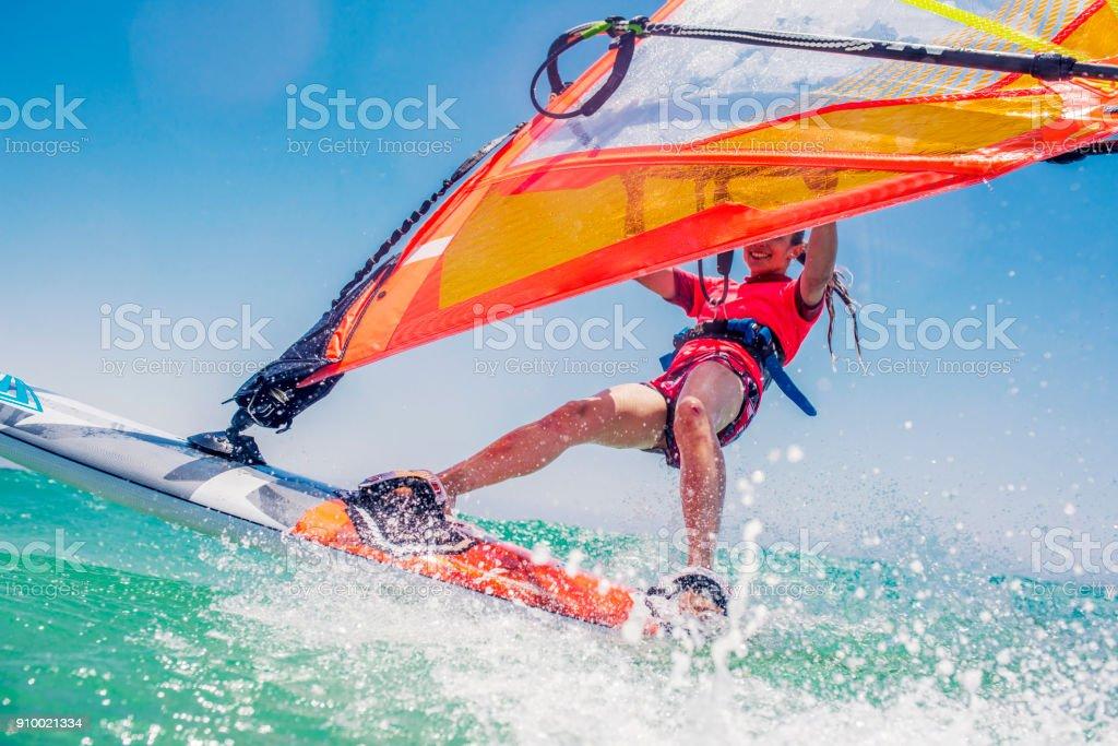 Junge Surferin Spritzwasser in Richtung Kamera – Foto