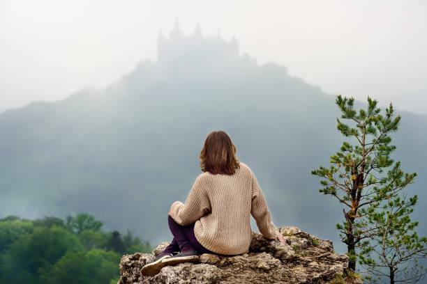 Joven turista en el famoso castillo de Hohenzollern en espesa niebla, Alemania - foto de stock