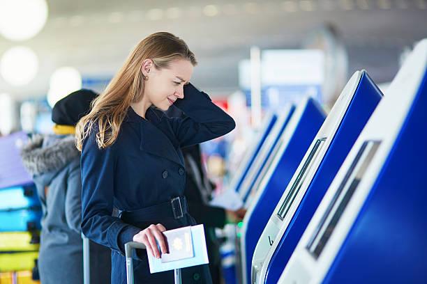 Voyageur jeune femme de l'aéroport international de - Photo