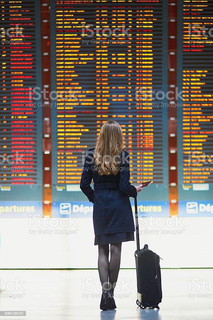 Junge weibliche Reisende in internationalen Flughafen – Foto