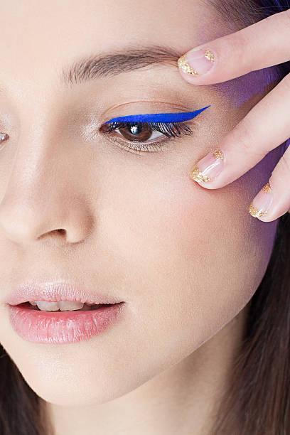 junge frau mit schönheit make-up - blaues augen make up stock-fotos und bilder