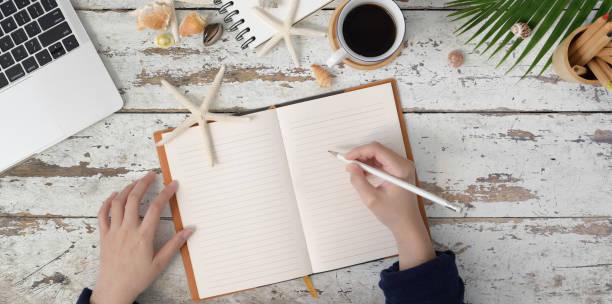 """junge frau hand schreiben""""nicht notebook im sommer strand konzept - www kaffee oder tee stock-fotos und bilder"""
