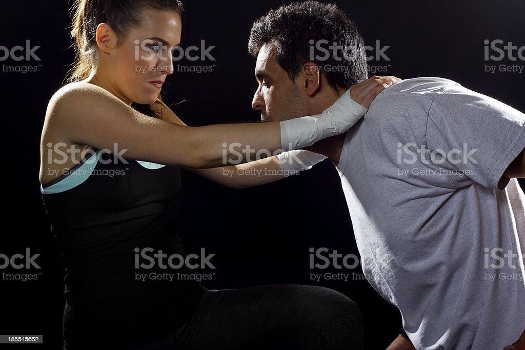 Junge Fit weibliche MMA Fighter Kampf gegen ein Mann – Foto