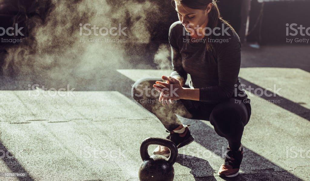 Jovens se encaixam exercício de mulher com kettleball - Foto de stock de 25-30 Anos royalty-free