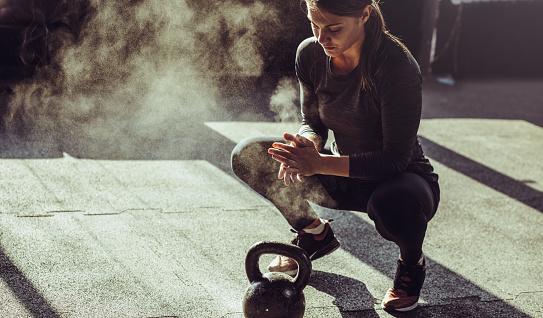 Foto de Jovens Se Encaixam Exercício De Mulher Com Kettleball e mais fotos de stock de 25-30 Anos