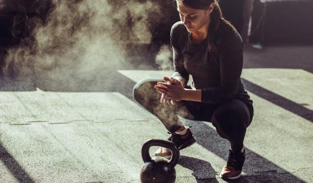 young fit woman exercise with kettleball - coraggio foto e immagini stock
