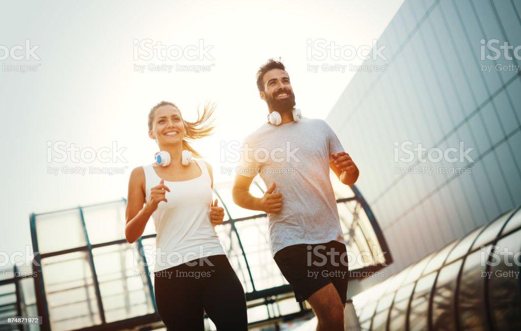 Junge Fitness paar laufen im Stadtgebiet – Foto
