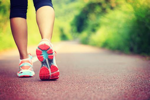 Young Fitness Female Runner Legs Ready For Run On Forest Trail - Fotografie stock e altre immagini di Abbigliamento sportivo