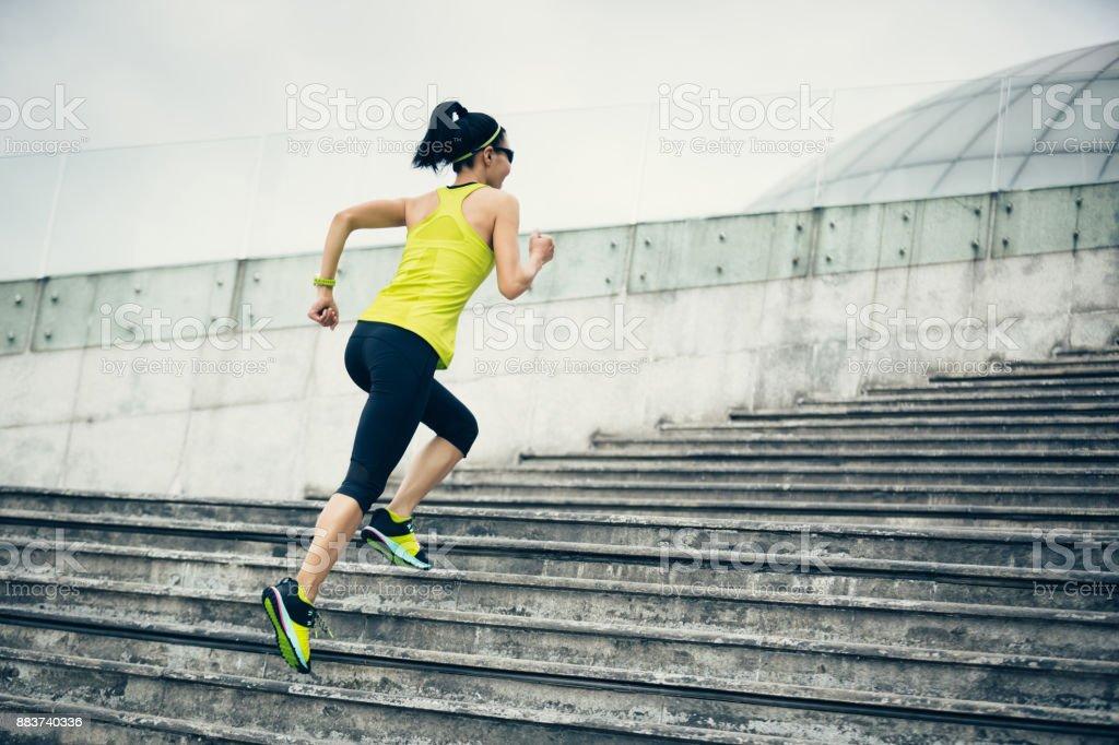 Junge Fitness sportliche Frau läuft im Obergeschoss – Foto