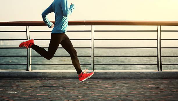 jovem de fitness mulher saltar à corda em fundos - young woman running city imagens e fotografias de stock