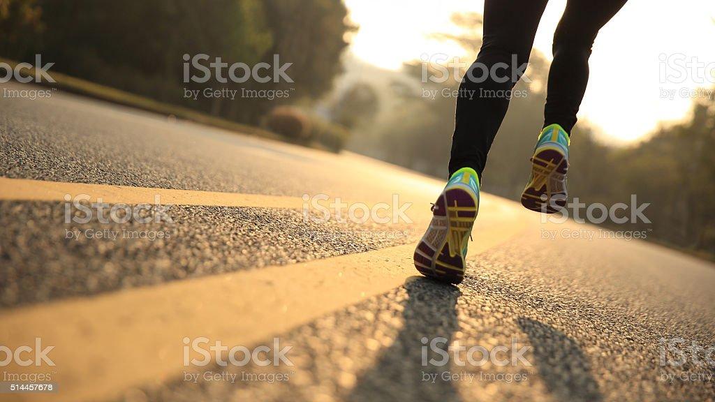 Junge Eignung Frau Läufer Athlet Beine laufen auf der Straße – Foto