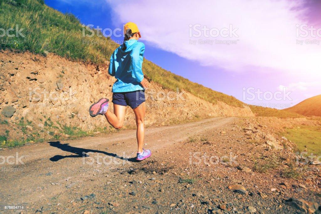 Junge fitness Frau Läufer laufen auf mountain trail – Foto