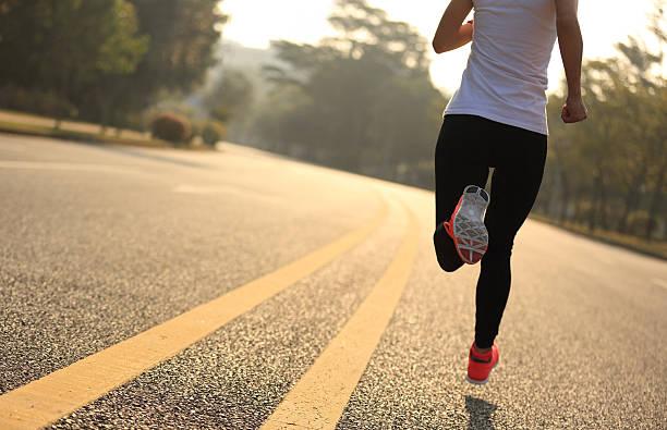 jóvenes gimnasio mujer corredor corriendo en la calle - foto de stock