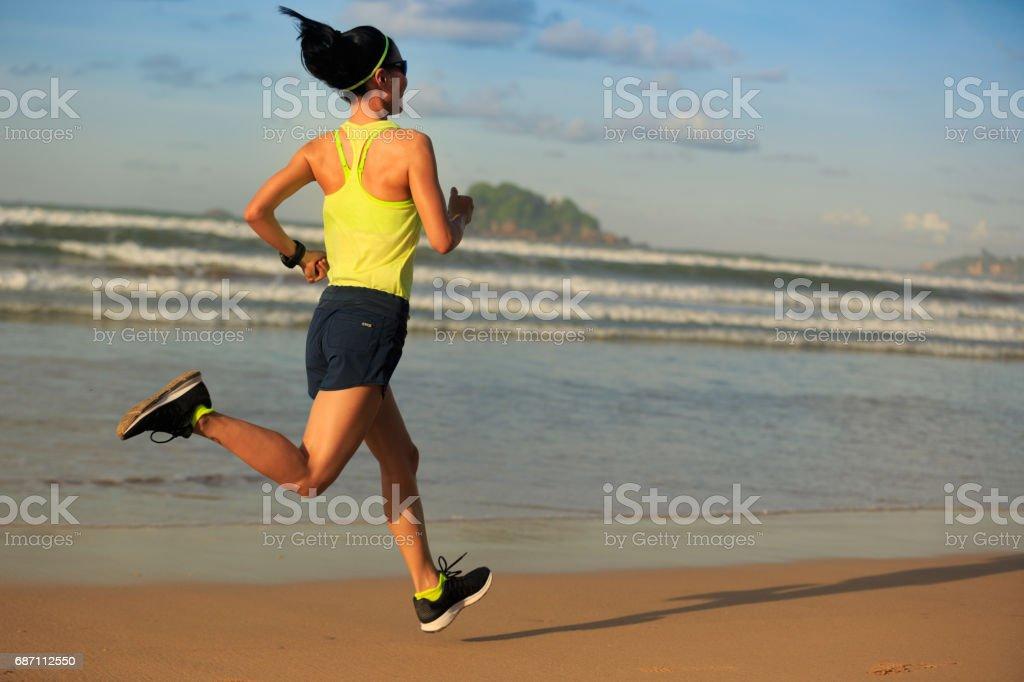junge Fitness Frau Läufer laufen am Sunrise beach Lizenzfreies stock-foto