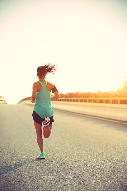 Junge Eignung Frau Läufer laufen auf Sonnenaufgang Straße – Foto