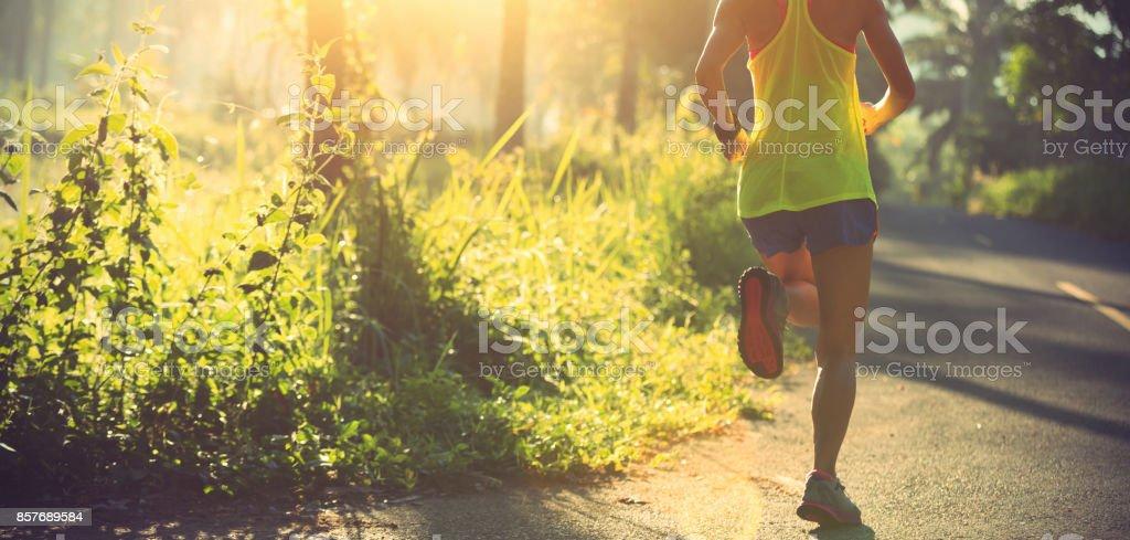 junge Fitness Frau Läufer laufen auf dem Waldweg – Foto