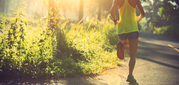 corredor de mujer fitness joven en el sendero - trail running fotografías e imágenes de stock