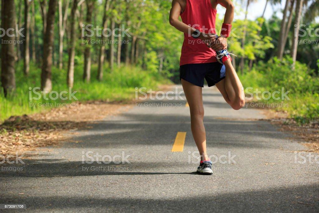 Junge Fitness Frau Läufer Aufwärmen vor Run auf tropischen Waldweg – Foto