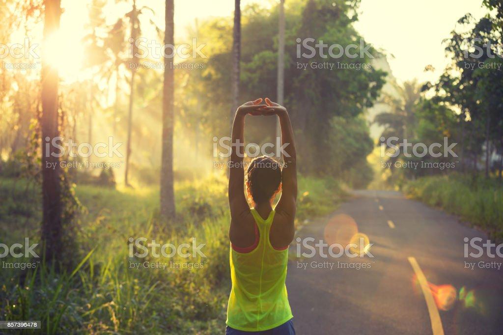 junge Fitness Frau Läufer Aufwärmen auf Sonnenaufgang Waldweg – Foto