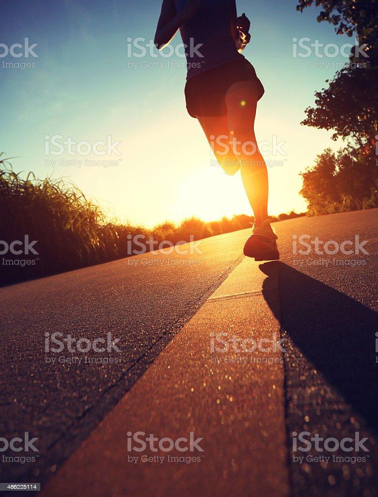 Młody fitness kobieta jazdy na wschód słońca nad Morzem trail – zdjęcie