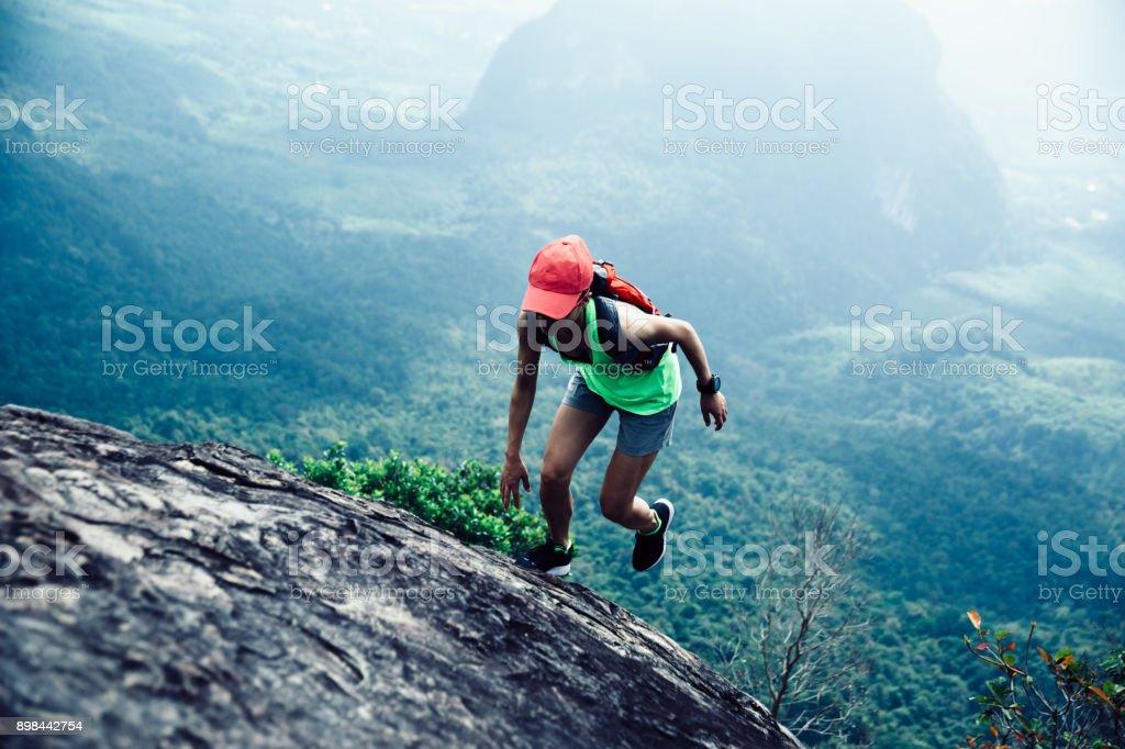 Junge Fitness-Frau läuft bis zum Gipfel Berges – Foto