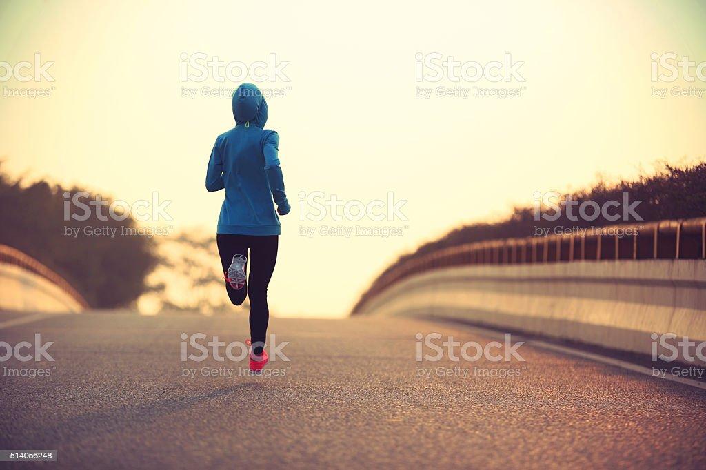 Junge fitness-Frau-Läufer laufen auf die Stadt Straße – Foto