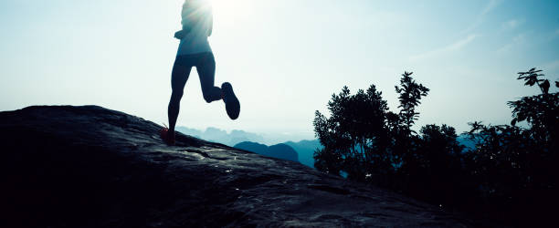 junge Fitness Frau Trailläufer Berggipfel ausgeführt – Foto