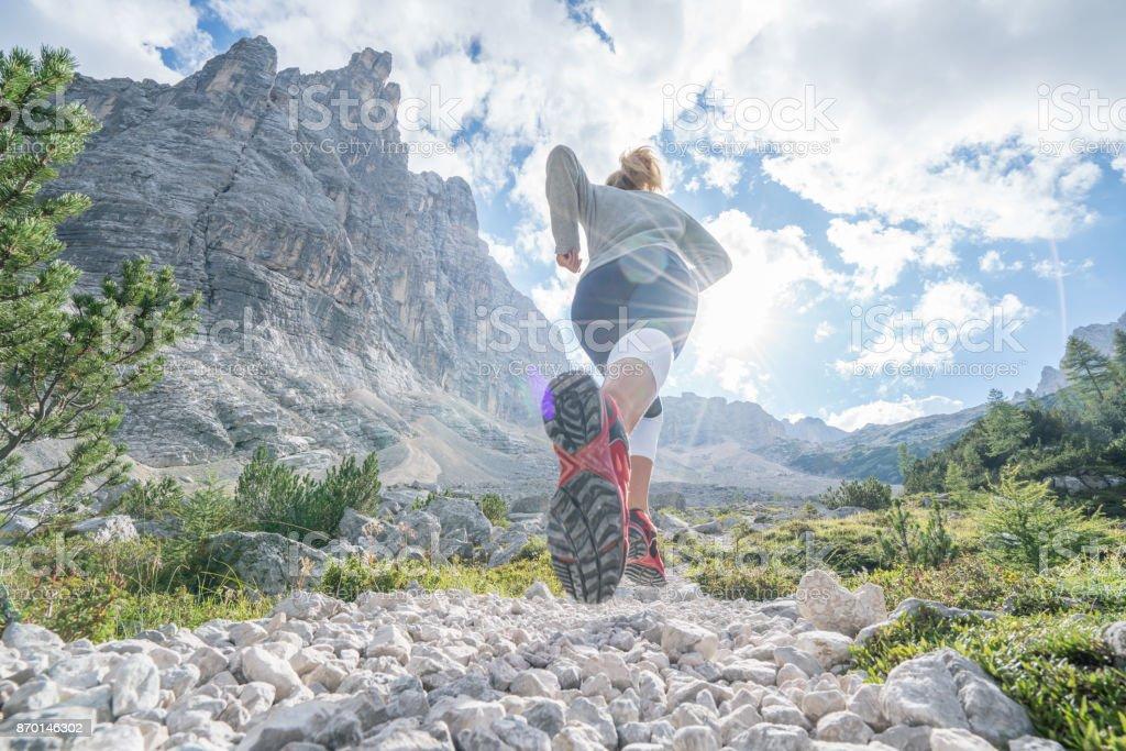 Young ausgestattet Frau Berglauf in den Dolomiten, Italien – Foto