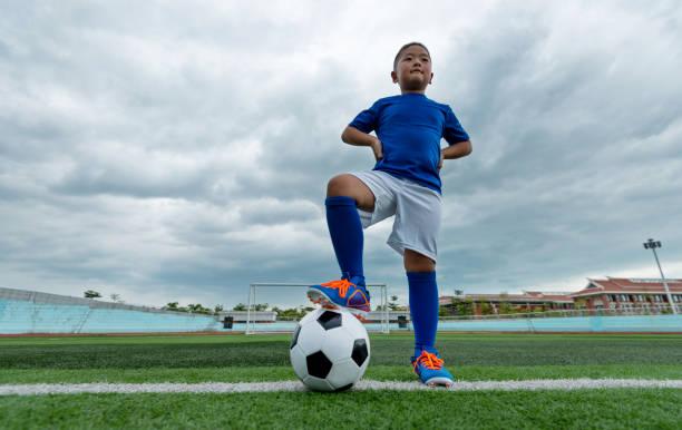 jeune joueur de football en attente de kick off - nuage 6 photos et images de collection