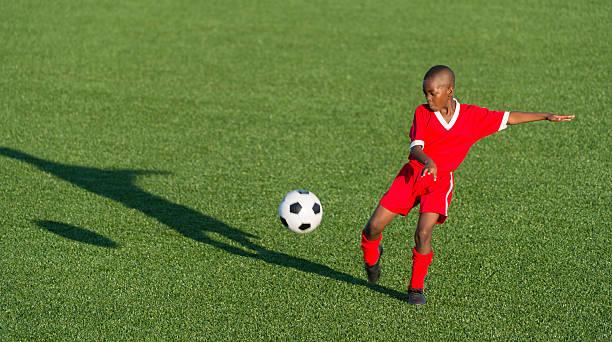 Junge Fußballer In Aktion – Foto