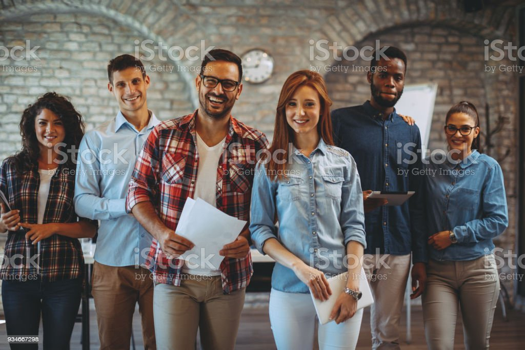 Junge freiberufliche Team posiert im Büro – Foto