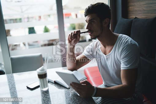 1175668510 istock photo Young freelancer researching new ideas at cafe 1011951110