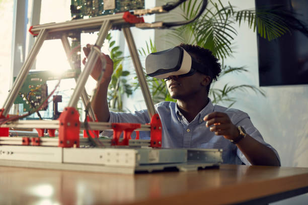 junger frikan-ethniker mit virtual-reality-brille. arbeiten am gerätehabyp - prototype stock-fotos und bilder