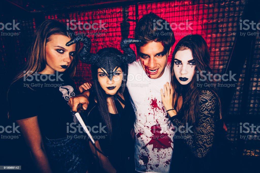 Junge Freunde In Gruselige Kostüme Halloween Party Verkleidet Stock ...