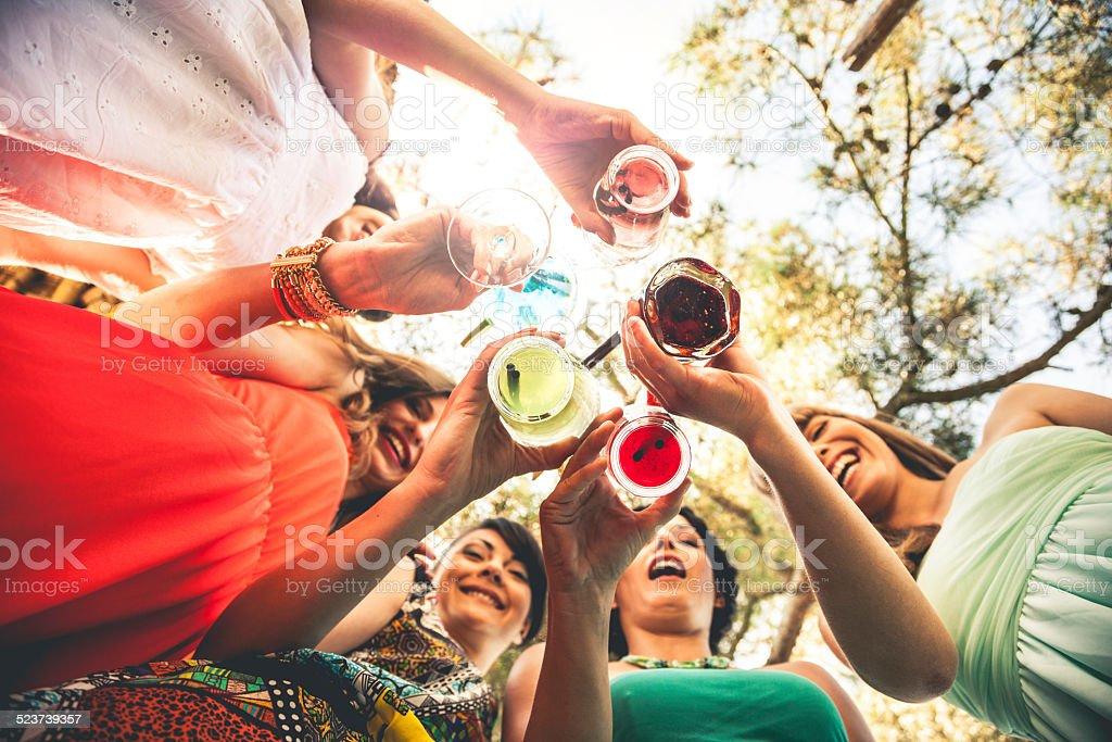 Junger Freunde trinken zusammen – Foto
