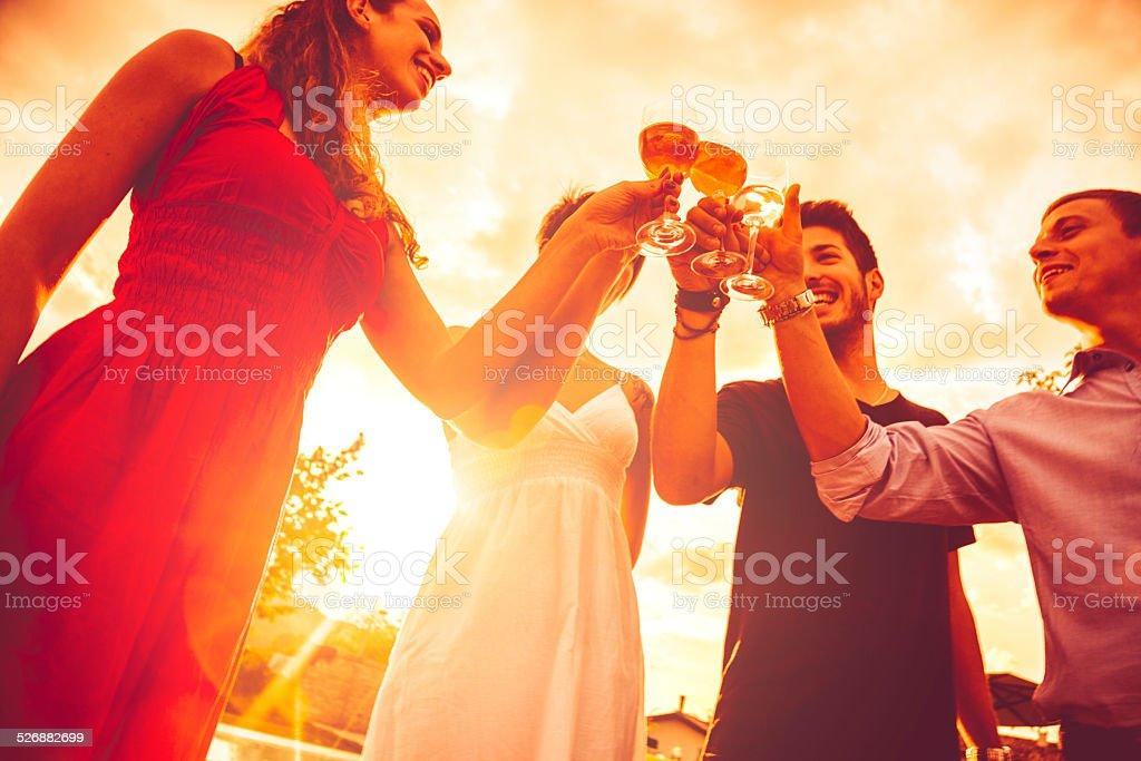 Jeunes amis boire ensemble - Photo