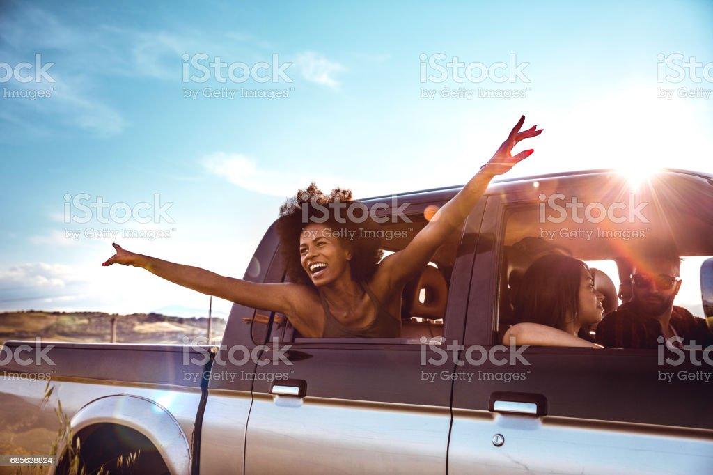 Junge Freunde genießen die Freiheit auf einer Autofahrt über ein Land offroad – Foto