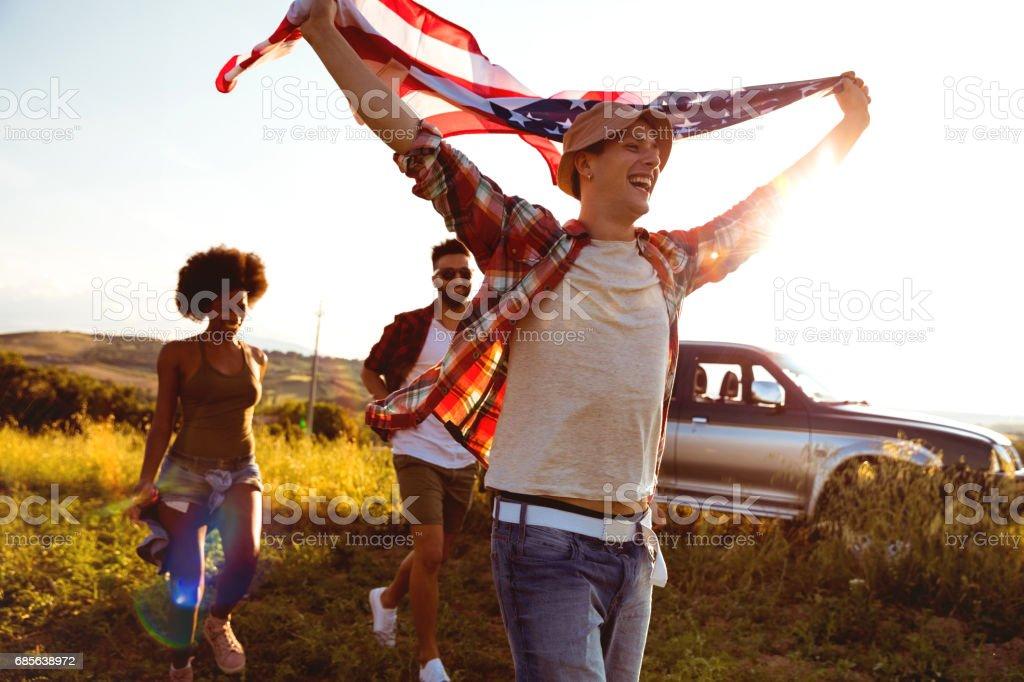 年輕的朋友們享受國家越野汽車旅行自由 免版稅 stock photo
