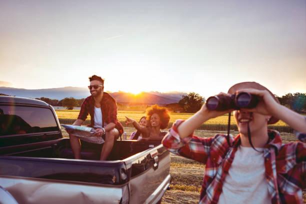 junge freunde genießen die freiheit auf einer autofahrt über ein land offroad - suche freundin stock-fotos und bilder