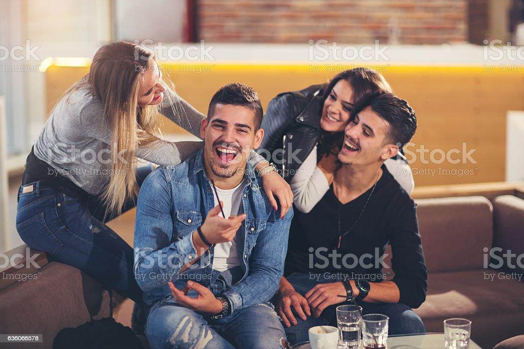 Junge Freunde haben eine tolle Zeit im Restaurant – Foto
