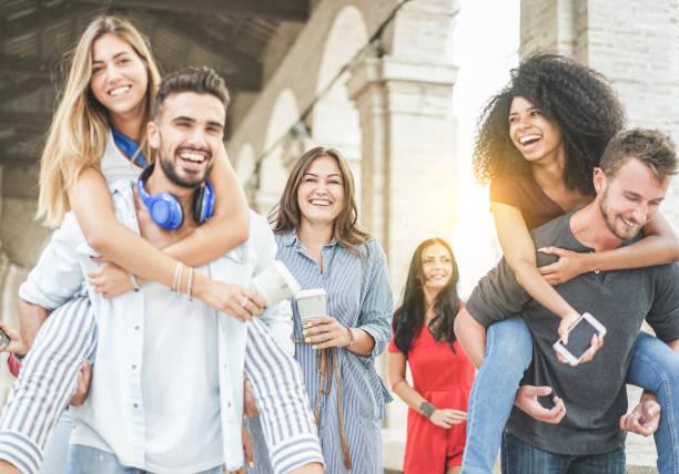 junge freunde, die spaß in alte stadt center - gerne studenten an universität pause gemeinsam lachen - jugend, schule und freundschaft-konzept - schwerpunkt zentrum frau hält pappbecher kaffee - warme filter - studieren in deutschland stock-fotos und bilder