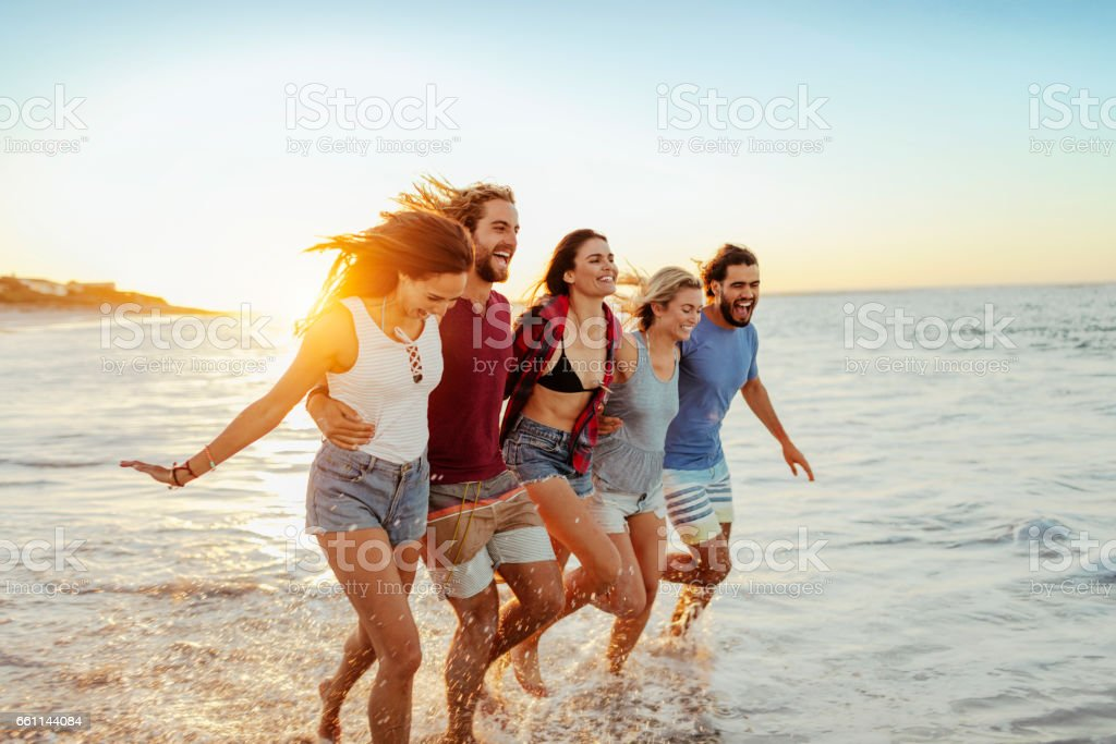 Young friends having fun on the beach - foto stock