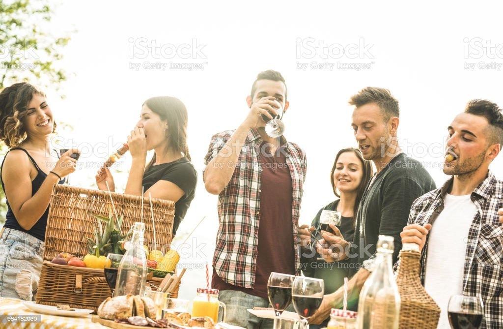 Lichte Rode Wijn : Jonge vrienden plezier buiten rode wijn te drinken en te praten op