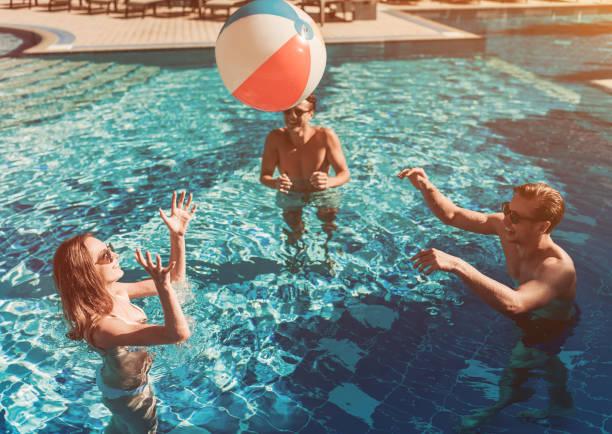 Junge Freunde im Schwimmbad – Foto